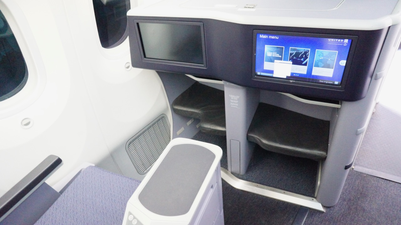 Polaris business class seats United Airlines Boeing 787 Dreamliner